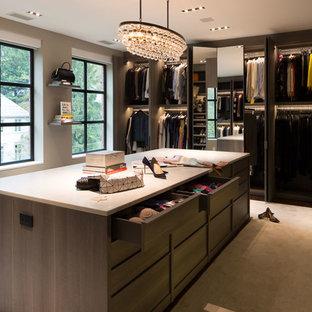 Imagen de armario vestidor de mujer, actual, extra grande, con armarios con paneles lisos, puertas de armario de madera oscura, moqueta y suelo beige