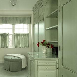 Ispirazione per un grande spazio per vestirsi per donna classico con ante con bugna sagomata, ante verdi, moquette e pavimento beige