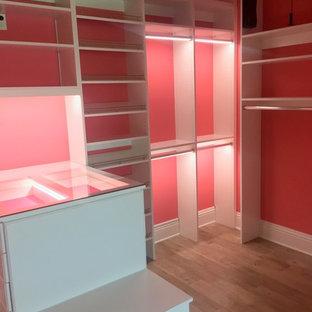 Großer Moderner Begehbarer Kleiderschrank mit profilierten Schrankfronten, weißen Schränken, Vinylboden und braunem Boden in Sonstige