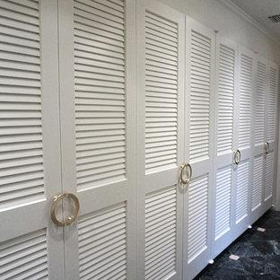 Inspiration för mellanstora moderna garderober, med släta luckor, vita skåp, marmorgolv och grönt golv
