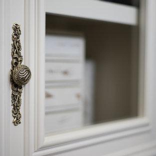 Diseño de armario vestidor de mujer, romántico, grande, con armarios con paneles con relieve, puertas de armario blancas y moqueta