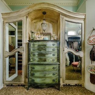 Imagen de armario vestidor de mujer, romántico, grande, con armarios con paneles con relieve, puertas de armario blancas y moqueta