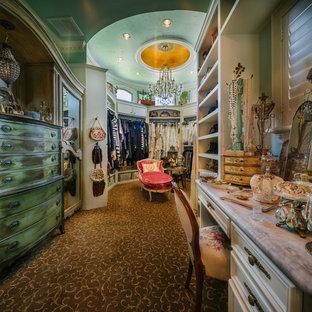 Großer Shabby-Chic-Style Begehbarer Kleiderschrank mit profilierten Schrankfronten, weißen Schränken und Teppichboden in Houston