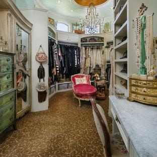Foto di una grande cabina armadio per donna shabby-chic style con ante bianche, moquette e nessun'anta