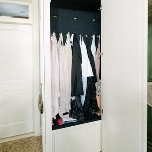 Ejemplo de armario vestidor de mujer, romántico, grande, con armarios con paneles con relieve, puertas de armario blancas y moqueta