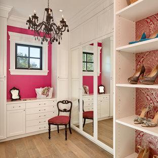 Idéer för att renovera ett vintage omklädningsrum för kvinnor, med skåp i shakerstil, vita skåp, ljust trägolv och beiget golv