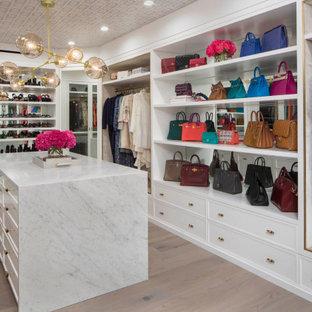 Foto de vestidor de mujer y papel pintado, tradicional renovado, grande, con armarios estilo shaker, puertas de armario blancas, suelo de madera clara, suelo beige y papel pintado