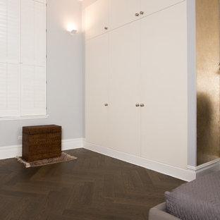 Diseño de armario y vestidor asiático con puertas de armario blancas y suelo de madera oscura