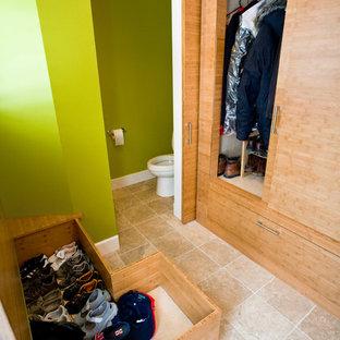 Idee per armadi e cabine armadio minimal con ante lisce, ante in legno chiaro e pavimento con piastrelle in ceramica