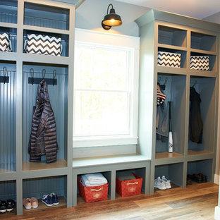 Idéer för ett stort lantligt walk-in-closet för könsneutrala, med öppna hyllor, grå skåp, vinylgolv och brunt golv