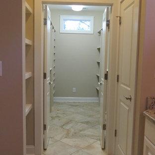 Modelo de armario vestidor unisex, de estilo americano, grande, con armarios abiertos, puertas de armario beige y suelo de baldosas de porcelana