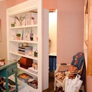 Esempio di una piccola cabina armadio unisex con ante bianche, parquet scuro e pavimento marrone