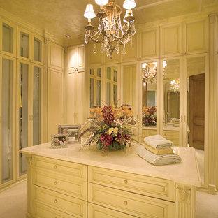 Ejemplo de armario vestidor de mujer, mediterráneo, extra grande, con puertas de armario beige y moqueta