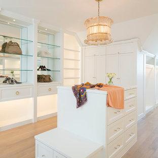 Ejemplo de vestidor de mujer, mediterráneo, con armarios estilo shaker, puertas de armario blancas, suelo de madera clara y suelo beige
