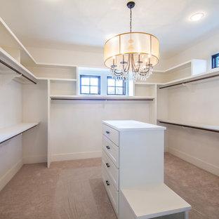 Idéer för att renovera ett stort lantligt walk-in-closet för könsneutrala, med skåp i shakerstil, vita skåp och heltäckningsmatta
