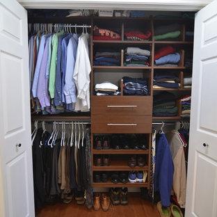 Diseño de armario de hombre, minimalista, de tamaño medio, con armarios con paneles lisos, puertas de armario marrones y suelo de madera en tonos medios
