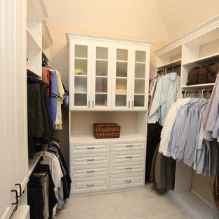 Imagen de armario vestidor de hombre, de tamaño medio, con armarios con paneles con relieve, puertas de armario blancas y suelo de baldosas de terracota