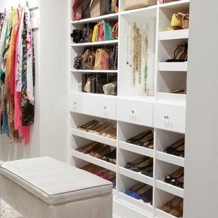 Diseño de vestidor de mujer, minimalista, de tamaño medio, con armarios con paneles lisos, puertas de armario blancas y suelo de baldosas de cerámica