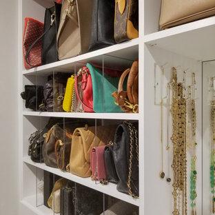 Foto på ett mellanstort funkis omklädningsrum för kvinnor, med släta luckor, vita skåp och klinkergolv i keramik
