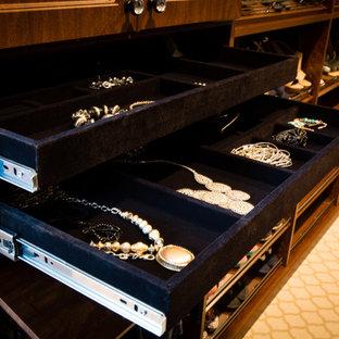 Foto de vestidor unisex, tradicional, grande, con armarios con paneles con relieve, moqueta, puertas de armario de madera en tonos medios y suelo beige