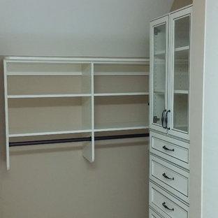 Foto de armario vestidor unisex, tradicional, de tamaño medio, con armarios tipo vitrina, puertas de armario con efecto envejecido, moqueta y suelo beige