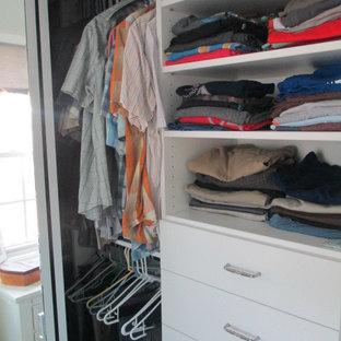 Imagen de armario unisex, costero, de tamaño medio, con armarios con paneles lisos, puertas de armario blancas, moqueta y suelo beige