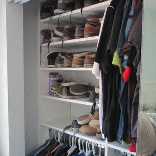 Foto de armario unisex, marinero, de tamaño medio, con armarios con paneles lisos, puertas de armario blancas, moqueta y suelo beige