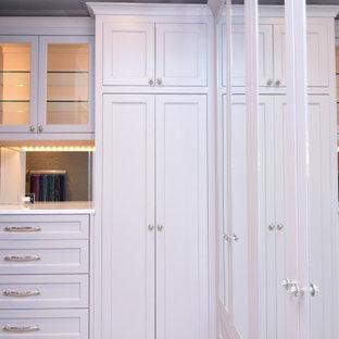 Diseño de armario vestidor unisex, clásico renovado, de tamaño medio, con armarios estilo shaker, puertas de armario blancas, suelo de mármol y suelo blanco