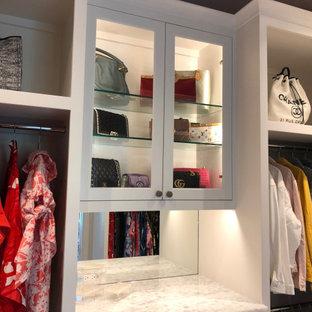 Foto de armario vestidor unisex, clásico renovado, de tamaño medio, con armarios estilo shaker, puertas de armario blancas, suelo de mármol y suelo blanco