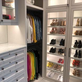 Modelo de armario vestidor unisex, clásico renovado, de tamaño medio, con armarios estilo shaker, puertas de armario blancas, suelo de mármol y suelo blanco