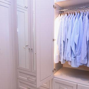 Foto de armario vestidor unisex, tradicional renovado, de tamaño medio, con armarios estilo shaker, puertas de armario blancas, suelo de mármol y suelo blanco