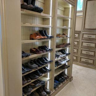 Diseño de armario vestidor de hombre, tradicional, de tamaño medio, con armarios con paneles con relieve, puertas de armario con efecto envejecido, moqueta y suelo beige