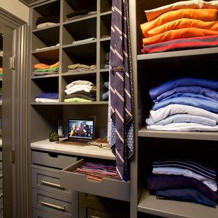 Diseño de armario vestidor de hombre, tradicional, pequeño, con armarios con paneles lisos, suelo de madera oscura y puertas de armario grises