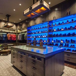 Diseño de armario vestidor de hombre, rural, extra grande, con armarios con paneles lisos, puertas de armario con efecto envejecido, suelo de baldosas de porcelana y suelo multicolor