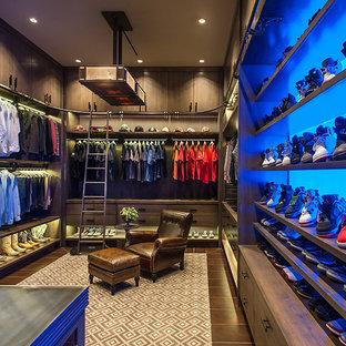 Imagen de armario vestidor de hombre, rural, extra grande, con armarios con paneles lisos, puertas de armario con efecto envejecido, suelo marrón y suelo de madera oscura