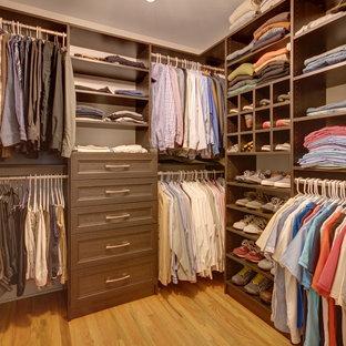 Idéer för att renovera ett mellanstort vintage walk-in-closet för män, med öppna hyllor, bruna skåp, ljust trägolv och beiget golv