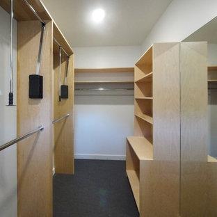 Foto de vestidor de hombre, minimalista, grande, con armarios con paneles lisos, puertas de armario de madera clara, suelo de linóleo y suelo gris