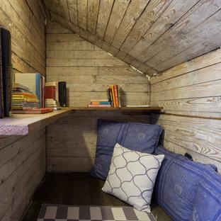 Foto de armario y vestidor unisex, ecléctico, con suelo de madera oscura