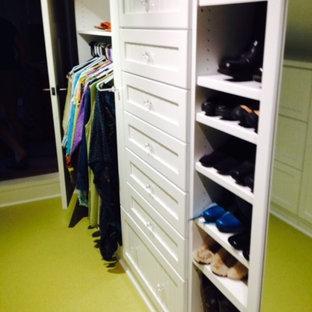 Idéer för ett litet eklektiskt walk-in-closet för könsneutrala, med öppna hyllor, vita skåp och grönt golv