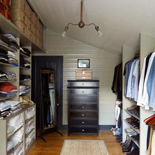 Foto de armario y vestidor de estilo de casa de campo con suelo de madera en tonos medios