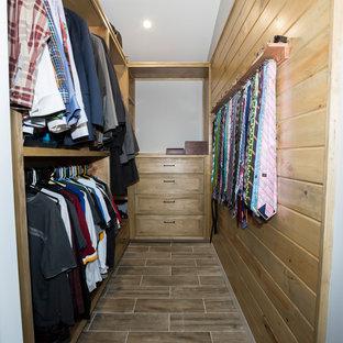 ワシントンD.C.の中くらいの男女兼用ラスティックスタイルのおしゃれなウォークインクローゼット (落し込みパネル扉のキャビネット、ヴィンテージ仕上げキャビネット、セラミックタイルの床、マルチカラーの床) の写真