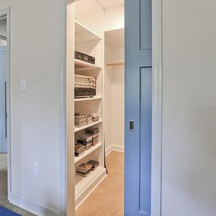 Imagen de armario vestidor retro, de tamaño medio, con armarios con paneles lisos y puertas de armario blancas