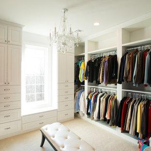 Ejemplo de armario vestidor unisex, contemporáneo, grande, con armarios con paneles con relieve, puertas de armario blancas, moqueta y suelo beige