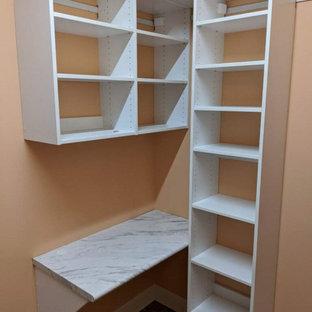 Foto di un piccolo armadio incassato unisex minimalista con ante lisce, ante bianche, pavimento in linoleum e pavimento marrone