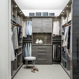 Ejemplo de armario vestidor unisex, tradicional renovado, de tamaño medio, con armarios con paneles lisos, puertas de armario grises, moqueta y suelo beige