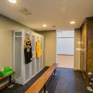 ミネアポリスの広い男性用トランジショナルスタイルのおしゃれなウォークインクローゼット (落し込みパネル扉のキャビネット、濃色木目調キャビネット、コルクフローリング) の写真