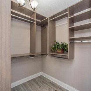 Esempio di una cabina armadio unisex classica di medie dimensioni con nessun'anta, ante in legno scuro, pavimento in gres porcellanato e pavimento grigio