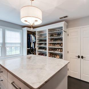 Foto di uno spazio per vestirsi unisex tradizionale di medie dimensioni con ante in stile shaker, parquet scuro, pavimento nero e ante bianche