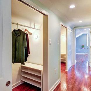 Imagen de armario unisex, tradicional renovado, pequeño, con suelo de madera en tonos medios
