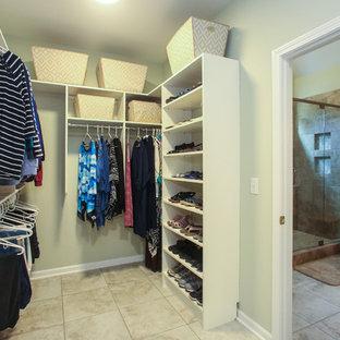Ejemplo de armario vestidor unisex, tradicional, grande, con suelo de baldosas de porcelana, suelo beige, armarios con paneles con relieve y puertas de armario blancas